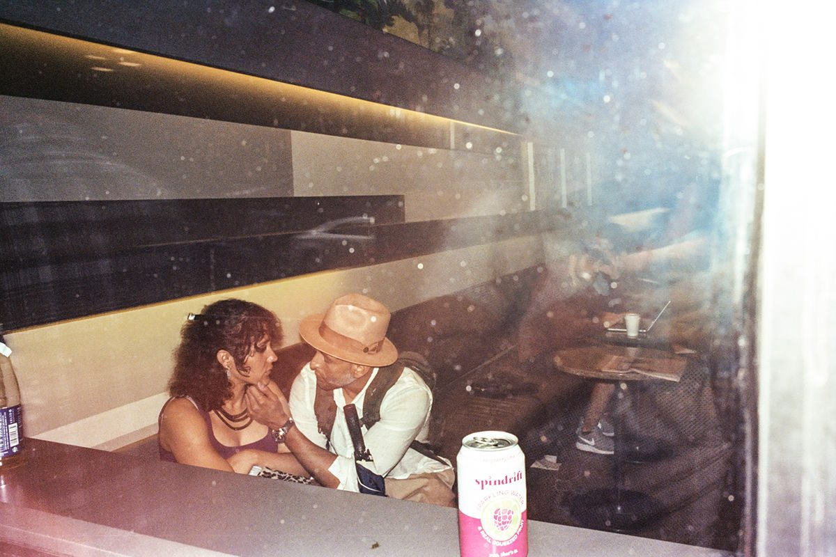 people in a bar portfolio street_photography Denny Chirurgi