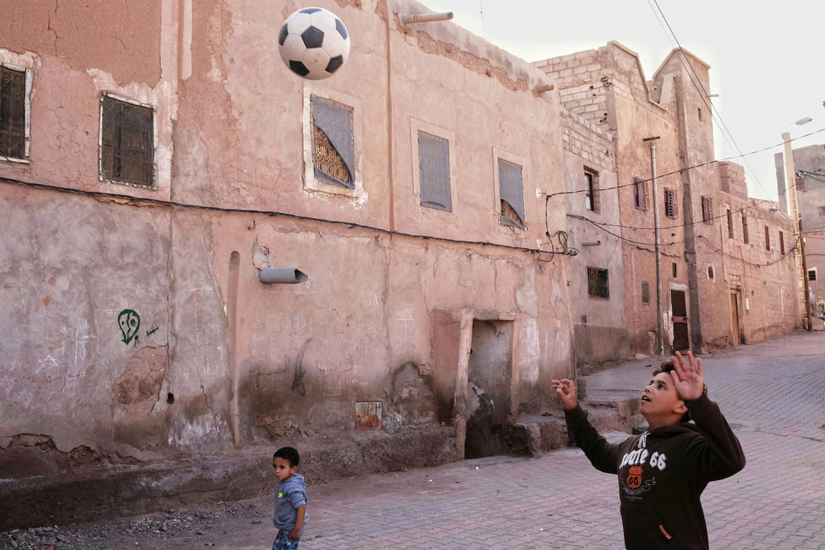 Luca Signorelli photography child playing football